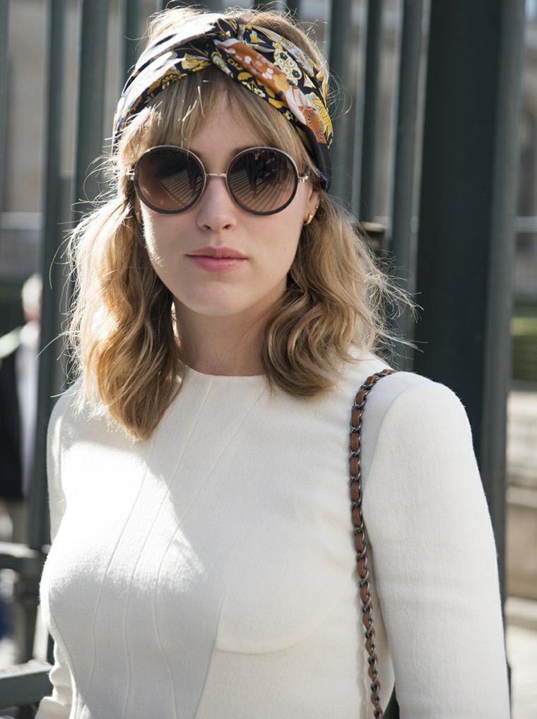 Tagli capelli corti, donna con occhiali da sole, camicia bianca, fascia per capelli