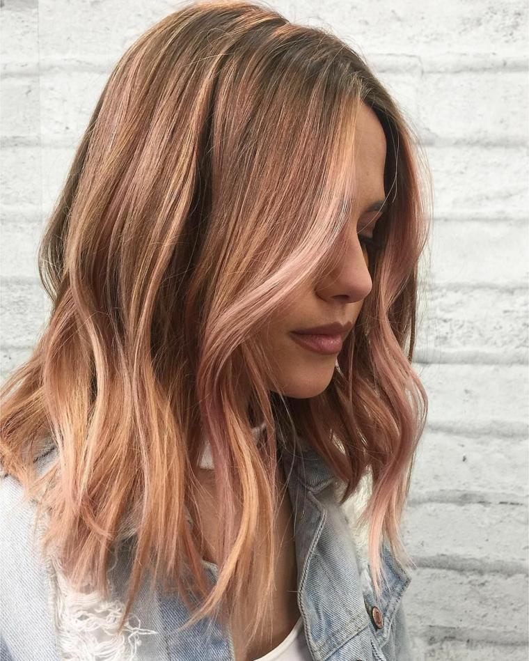 Balayage di colore rosa, capelli long bob, pettinatura capelli mossi, giacca di jeans