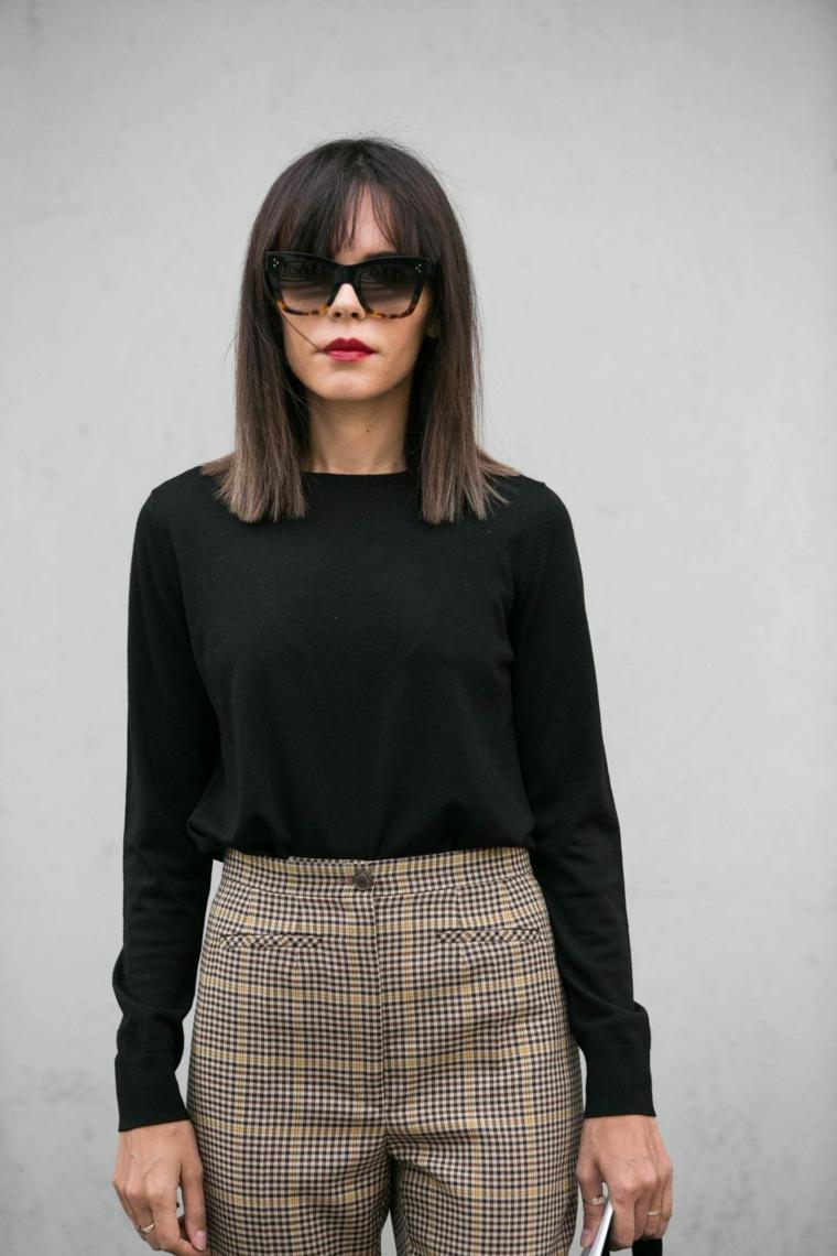 Capelli taglio long bob, acconciatura con frangia, abbigliamento da ufficio, occhiali da sole marroni