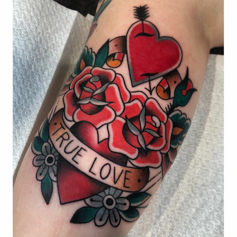 Scritta True Love, disegno cuore rosso, disegni rose rosse, tatuaggio avambraccio