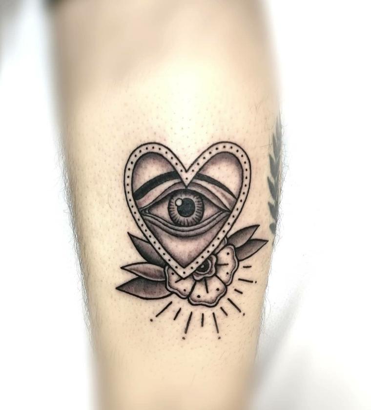 Tatuaggio cuore con occhio, disegno tattoo con cuore, tatuaggio sull'avambraccio