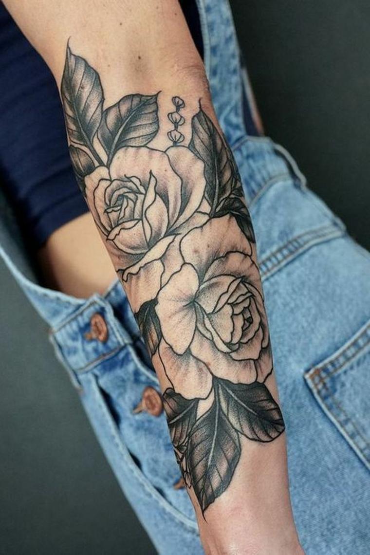 Avambraccio donna tatuato, disegni tattoo fiori, tatuaggi e significati, salopette in jeans