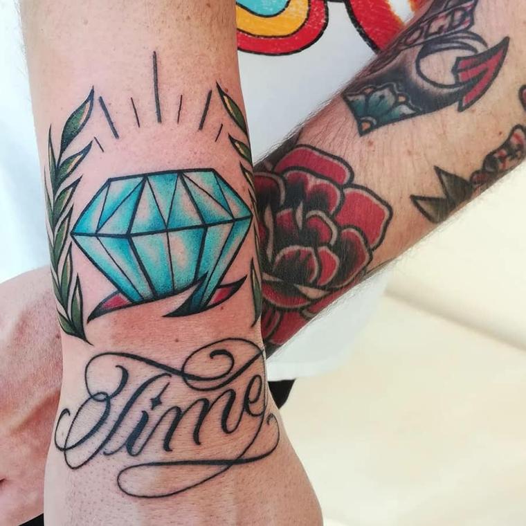 Disegno diamante blu, scritta sul polso della mano, tatuaggio vecchia scuola