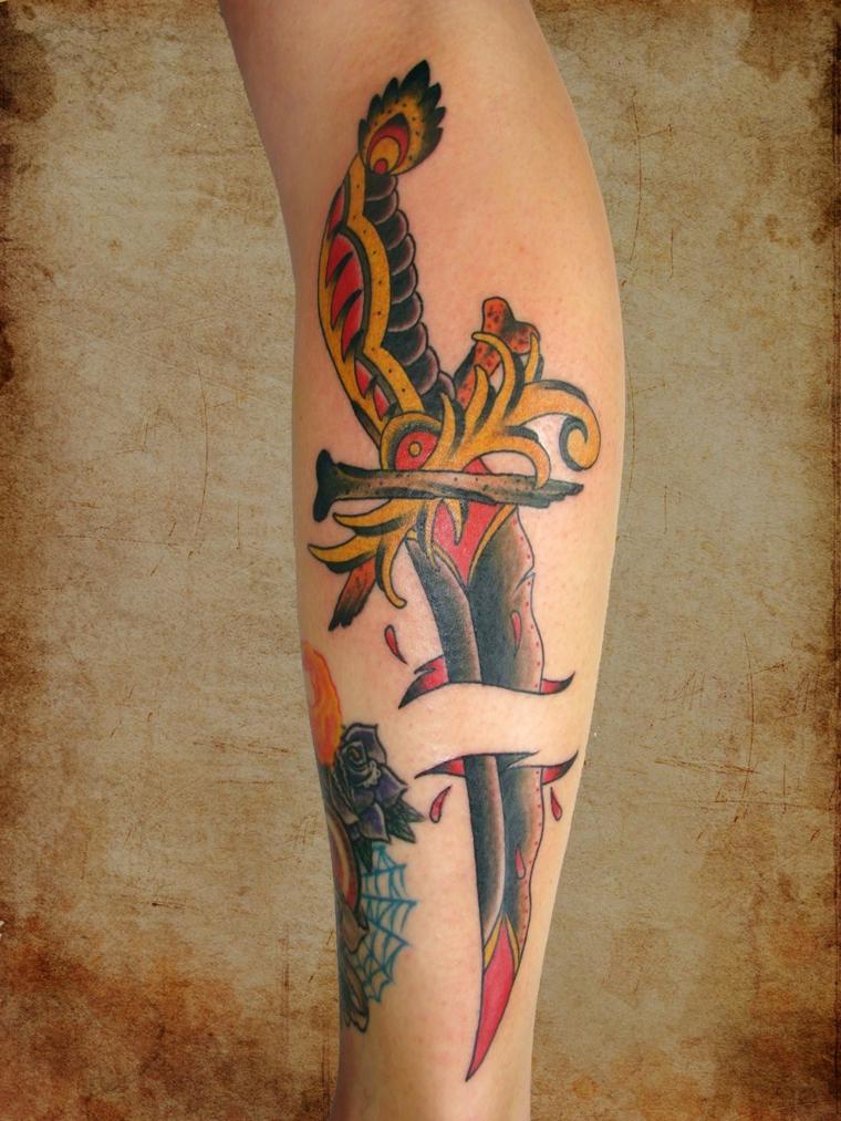 Tatuaggio sul polpaccio, disegno coltello colorato, tattoo vecchia scuola uomo