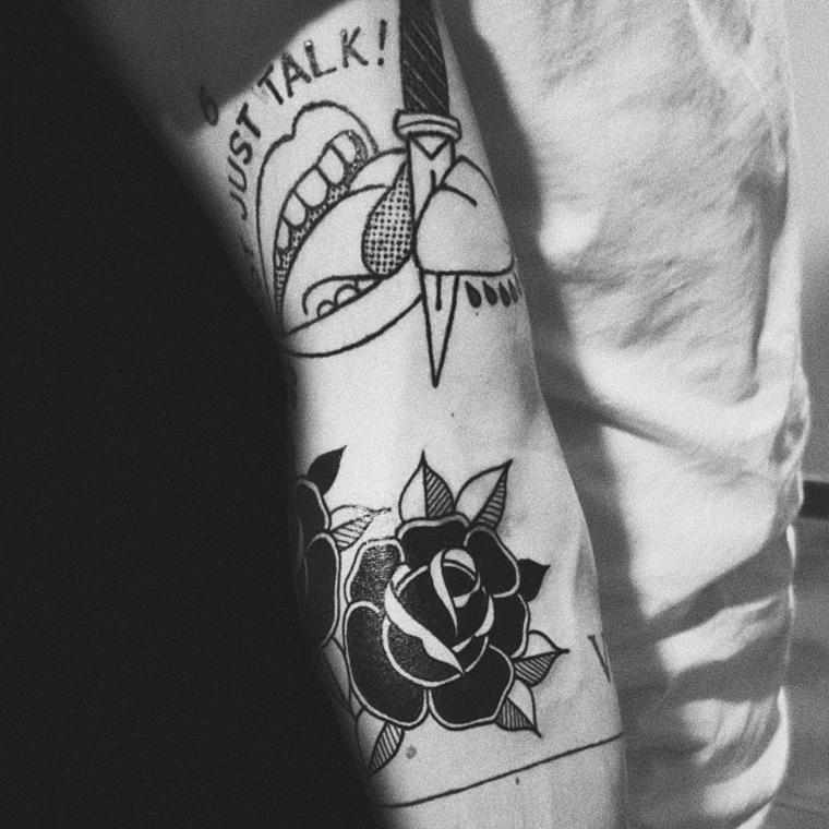 Scritte old school, uomo con braccio tatuato, disegno di una rosa