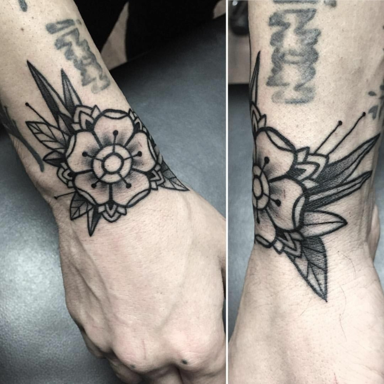 Tatuaggio fiore bianco e nero, tattoo uomo polso della mano, disegno old school