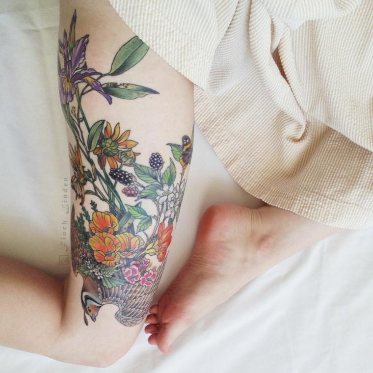 Tatuaggi old school, donna con la coscia tatuata, disegni tattoo fiori colorati