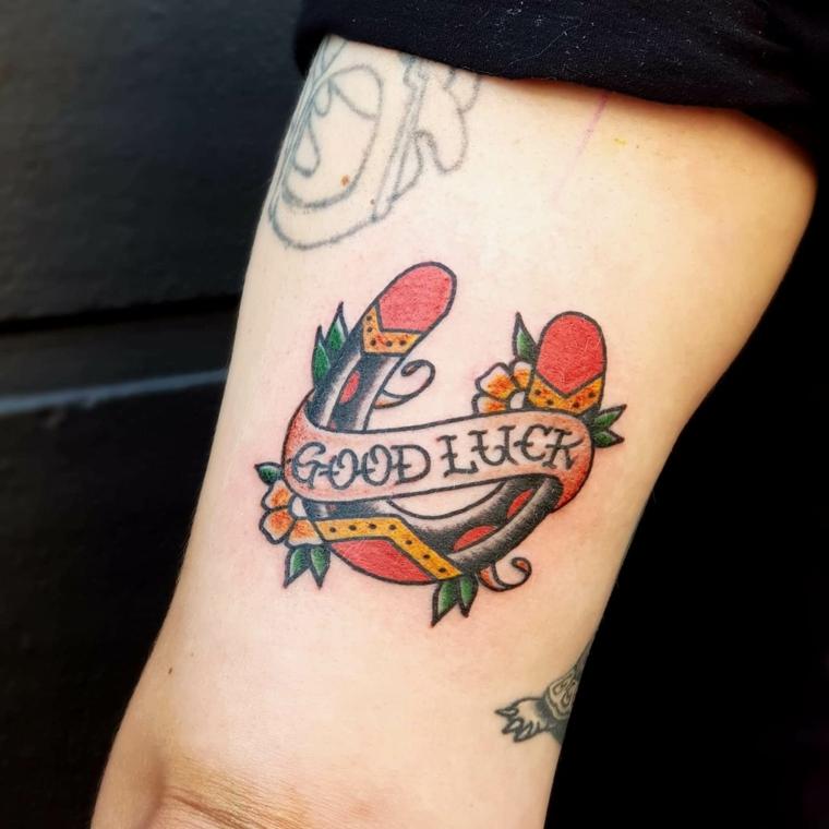 Scritte old school, disegno tattoo ferro di cavallo, scritta Good Luck, braccio uomo tatuato