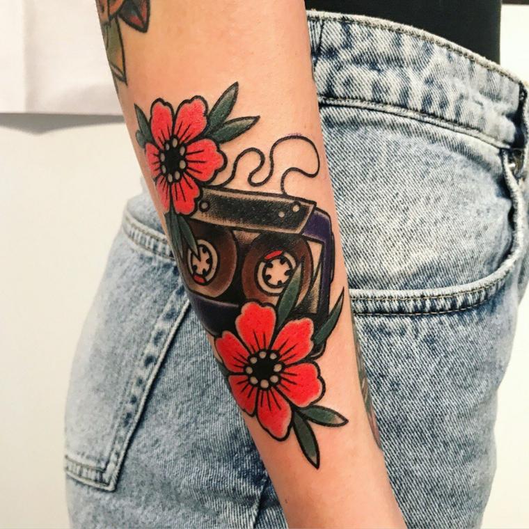 Tatuaggi tradizionali, donna con tatuaggio vecchia scuola, tattoo fiori e cassetta musicale