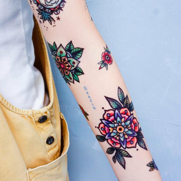 Tatuaggi old school, donna con il braccio tatuato, disegno tatto fiori colorati