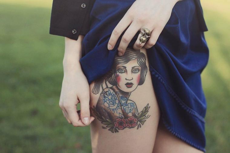 Donna con tatuaggio, tattoo sulla coscia, disegno tatuaggio donna, tatuaggi e significati