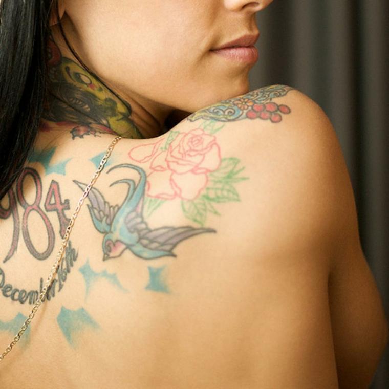 Scritte old school, tatuaggio sulla schiena, disegno uccello colorato