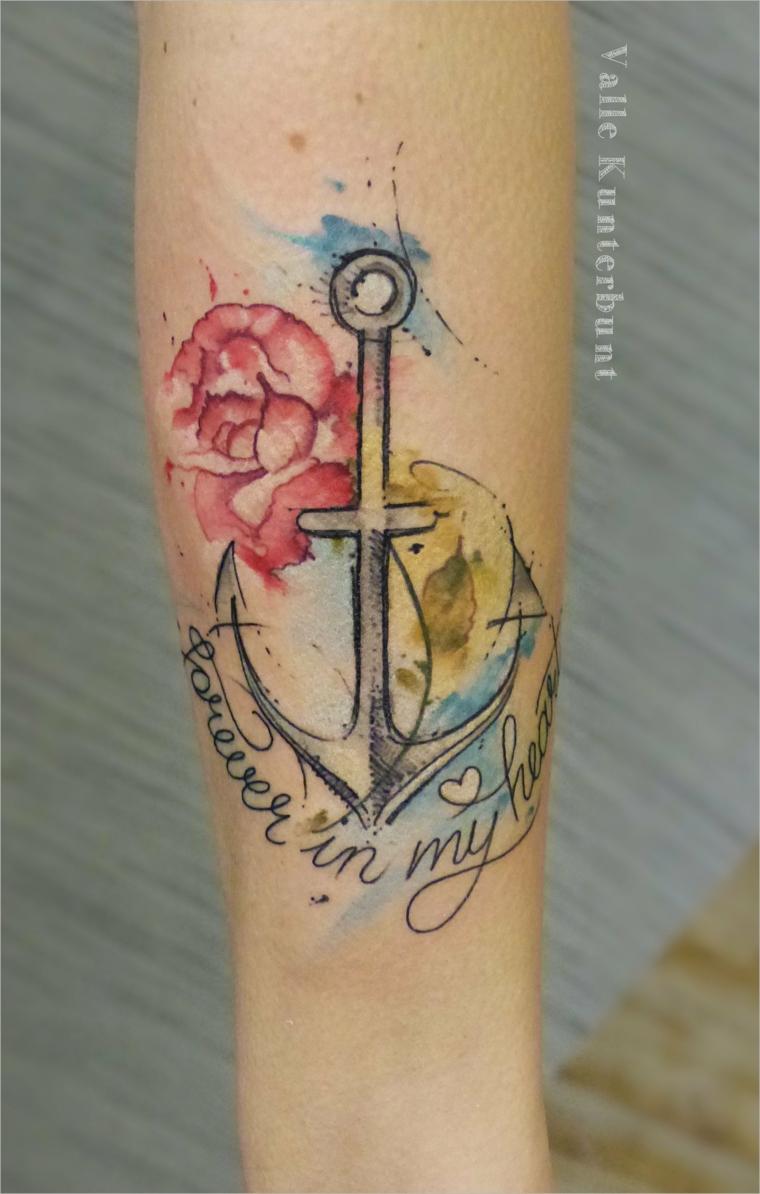 Tatuaggio con scritta, tattoo ancora colorata, disegno tattoo sul braccio