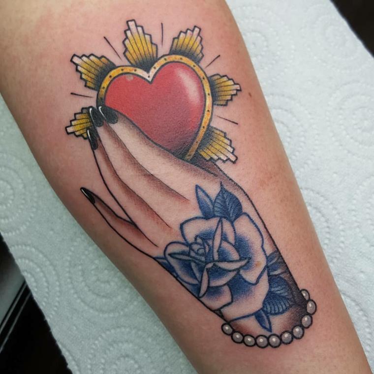 Cuore sacro tattoo, polpaccio di una donna, tatuaggio sulla gamba, disegno mano colorata