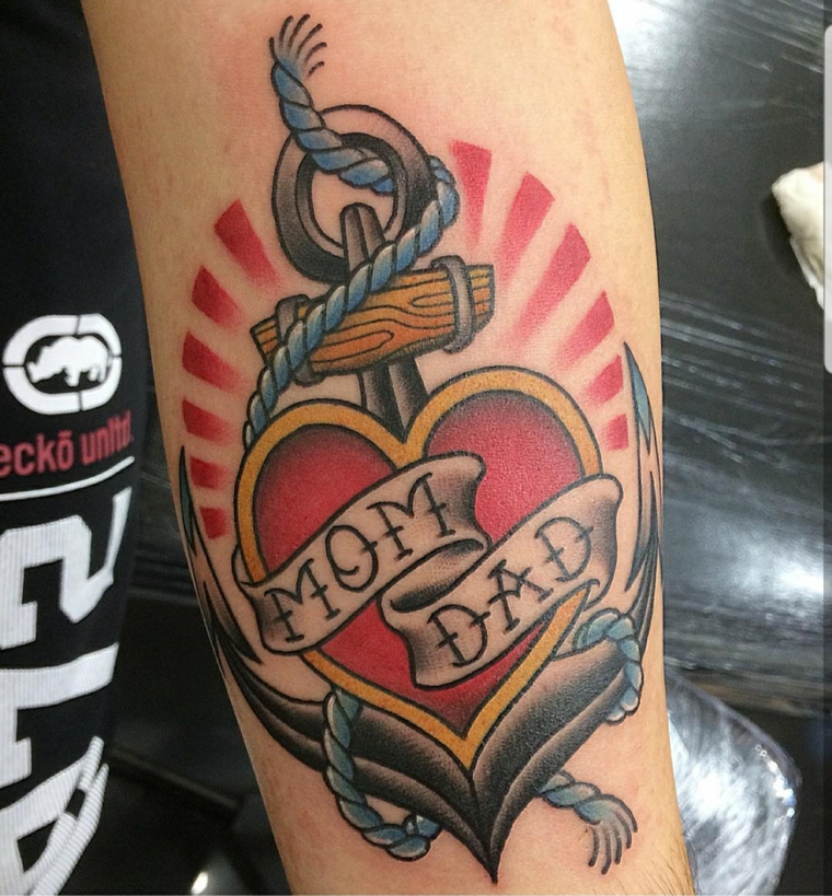 Tatuaggio famiglia, cuore sacro tattoo, disegno ancora colorata, tattoo ancora braccio