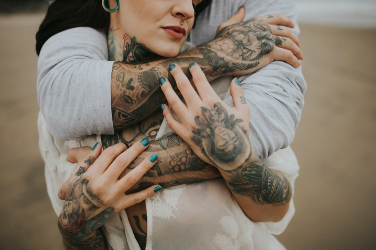 Tattoo di coppia, uomo e donna abbracciati, disegno tatuaggi braccia