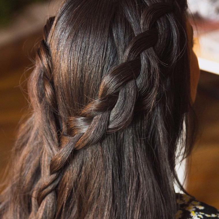 Pettinature capelli raccolti, due trecce legate, treccia a tre ciocche, capelli colore castano
