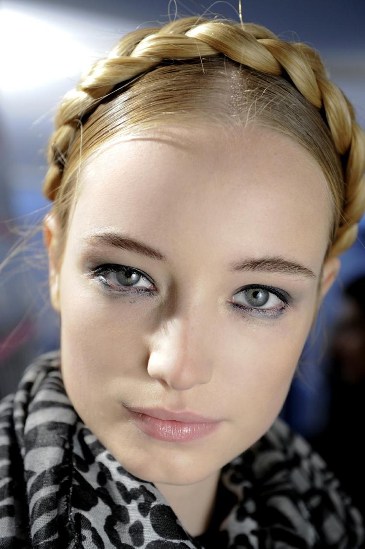 Treccia a corona, capelli donna colore biondo, come legare i capelli, sciarpa bicolore
