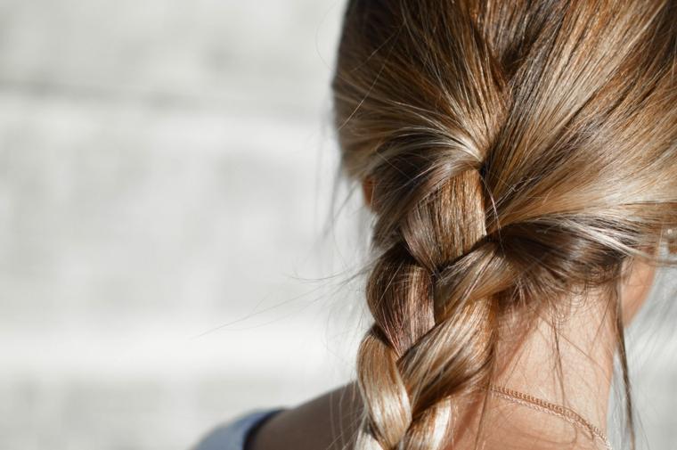 Acconciature capelli lunghi lisci, capelli di colore castano, treccia a tre ciocche