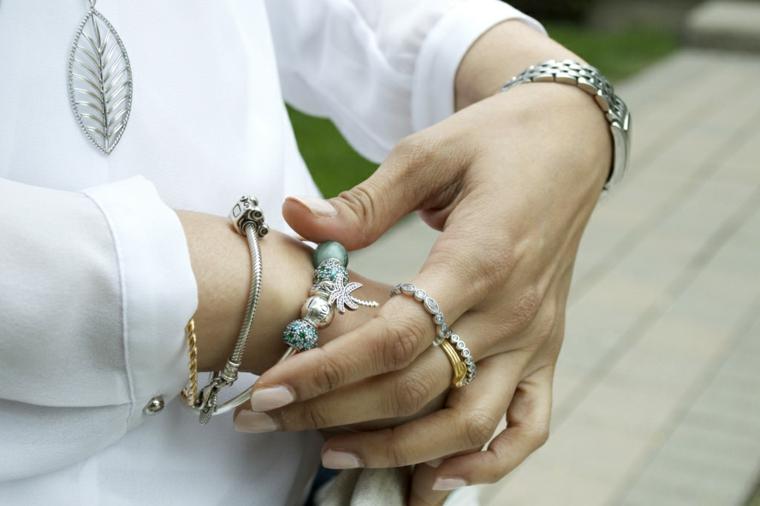 Accessori per le mani, smalto di colore bianco, colori estivi unghie, camicia di lino bianca