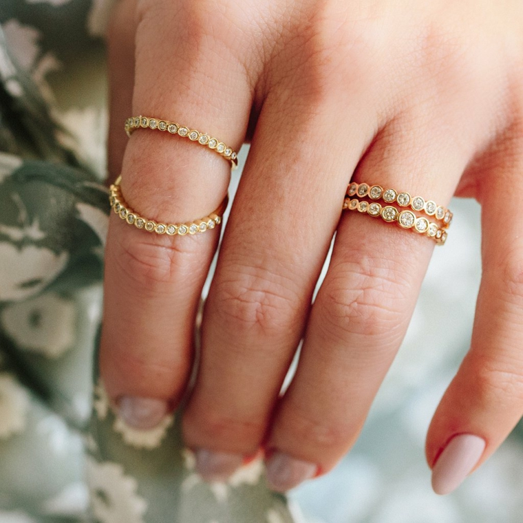 Smalto di colore rosa, anelli con pietre, manicure arrotondata, colate estive