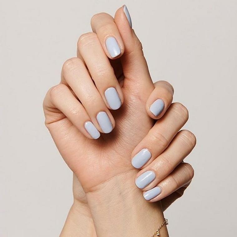 Unghie color pastello, unghie forma squadrata, mani di una donna