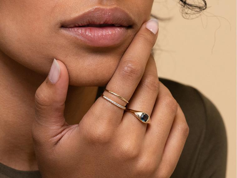Colori estivi unghie, smalto di colore rosa chiaro, anello con pietra blu, unghie forma arrotondata