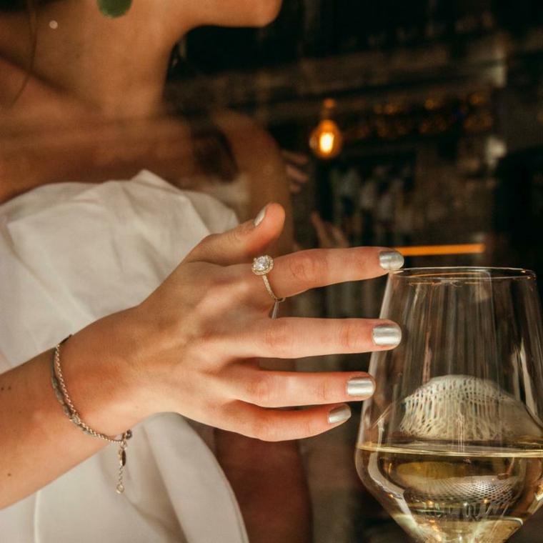 Anello con diamante, bicchiere di vino bianco, smalto colore argento, colate estive
