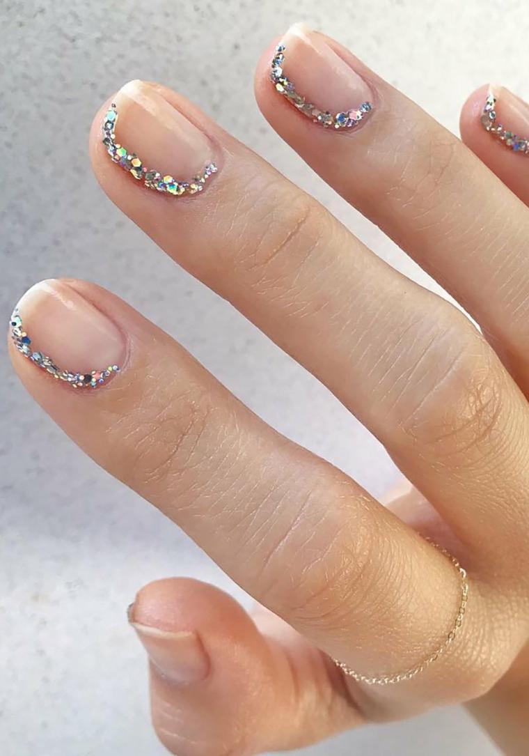 Immagini di unghie con gel, smalto base trasparente, accent nail con brillantini