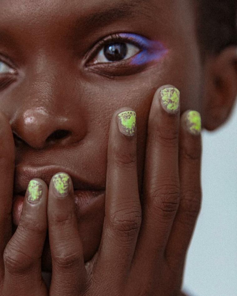 Forme unghie gel, smalto di colore verde, unghie cortissime, nail art macchie verdi