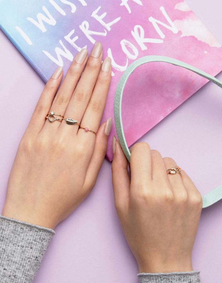 Smalto colore beige, unghie bellissime, anelli in oro per donna, maglione grigio donna