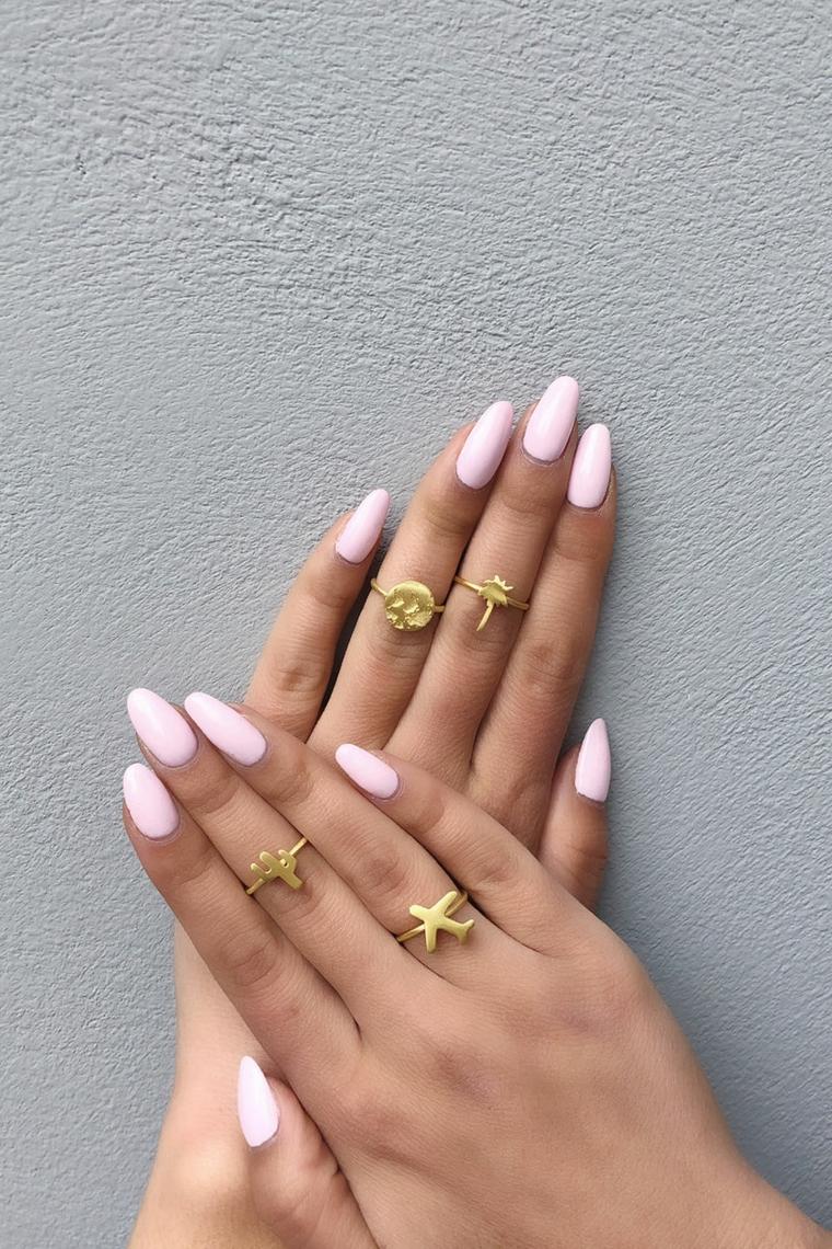 Unghie smalto rosa, manicure a mandorla, unghie gel particolari, anelli con figurine