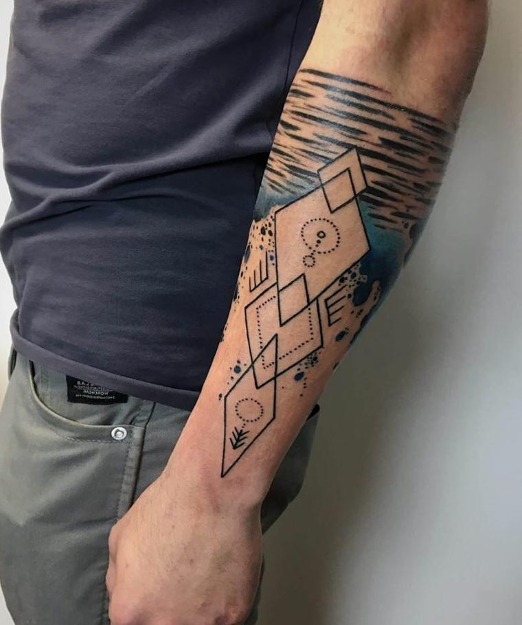 Uomo con tattoo sull'avambraccio, tatuaggio triangoli e puntini, uomo con maglietta grigia