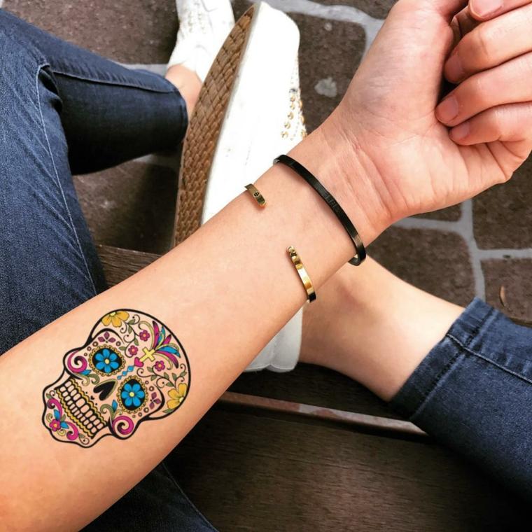 Tatuaggio sull'avambraccio, tattoo sugar skull colorato, tattoo temporaneo donna