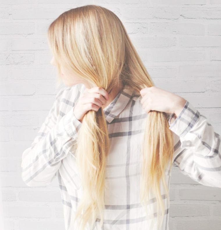 Raccolti con trecce, tutorial per fare una treccia, donna con capelli lunghi e biondi