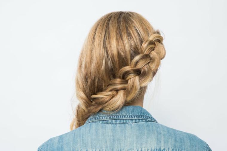 Piega capelli lunghi, donna girata di spalle, treccia laterale morbida, camicia in jeans