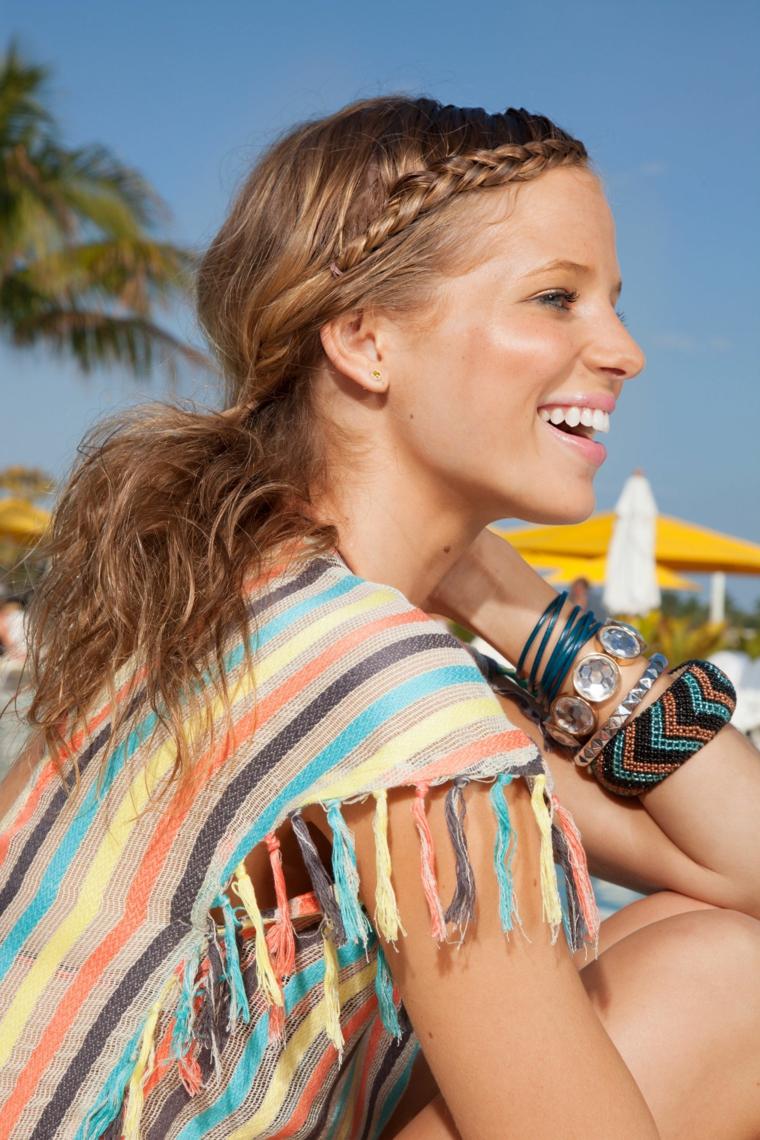 Donna con capelli biondi, treccia a cerchietto, piega lunghezze mossa, maglietta colorata