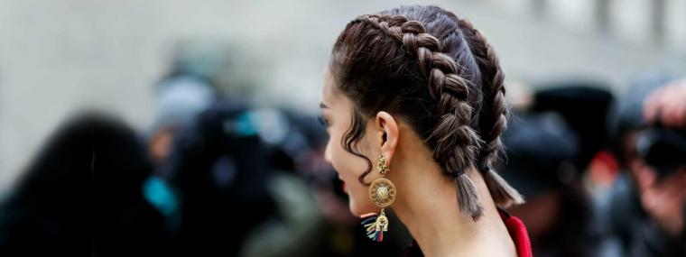 Raccolti con trecce, donna con capelli castani, due trecce boxer, orecchini rotondi pendenti