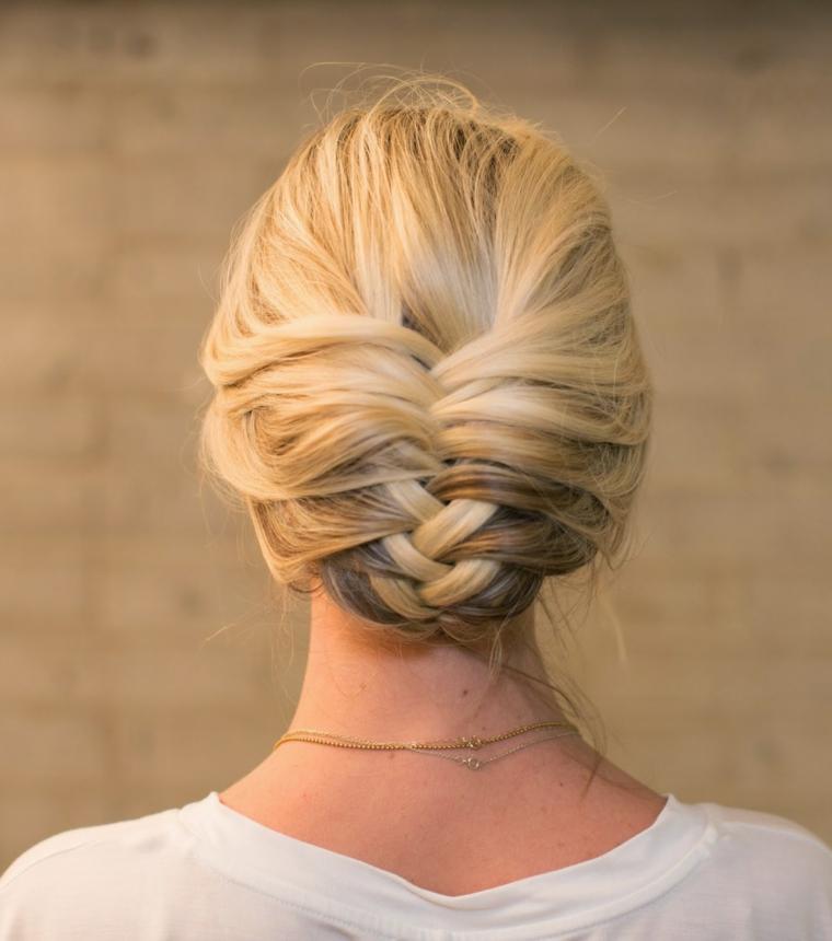 Piega capelli lunghi, donna con capelli biondi, raccolto con treccia spina di pesce
