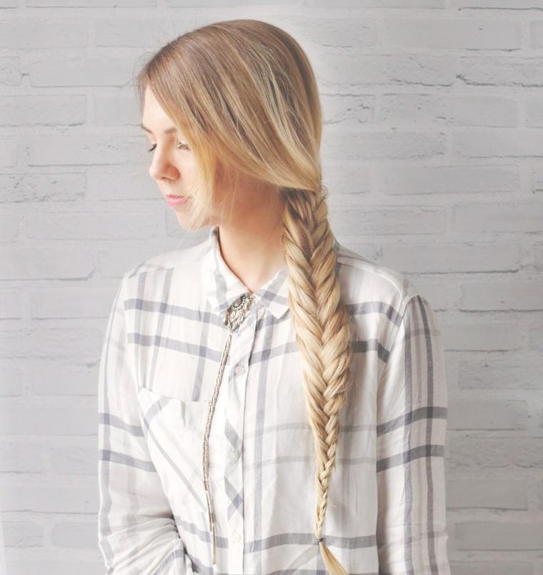 Donna con capelli biondi, acconciature con trecce, camicia a quadri
