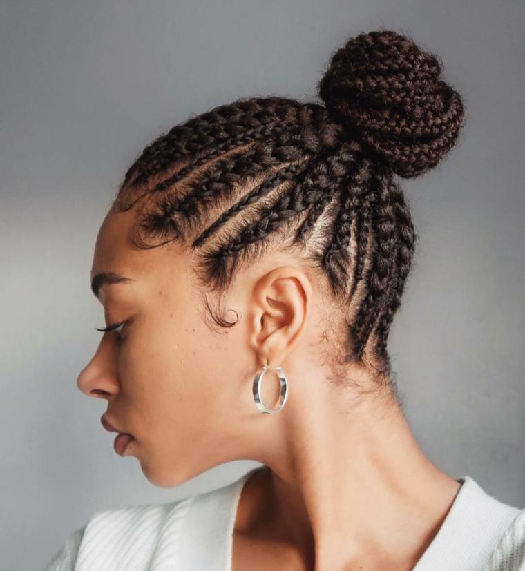 Orecchini argento rotondi, acconciature capelli lunghi raccolti, treccine africane legati a chignon