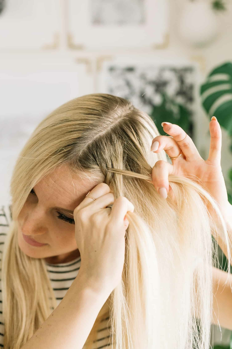 Tutorial treccia francese, donna con capelli biondi, acconciature bellissime, tre ciocche di capelli