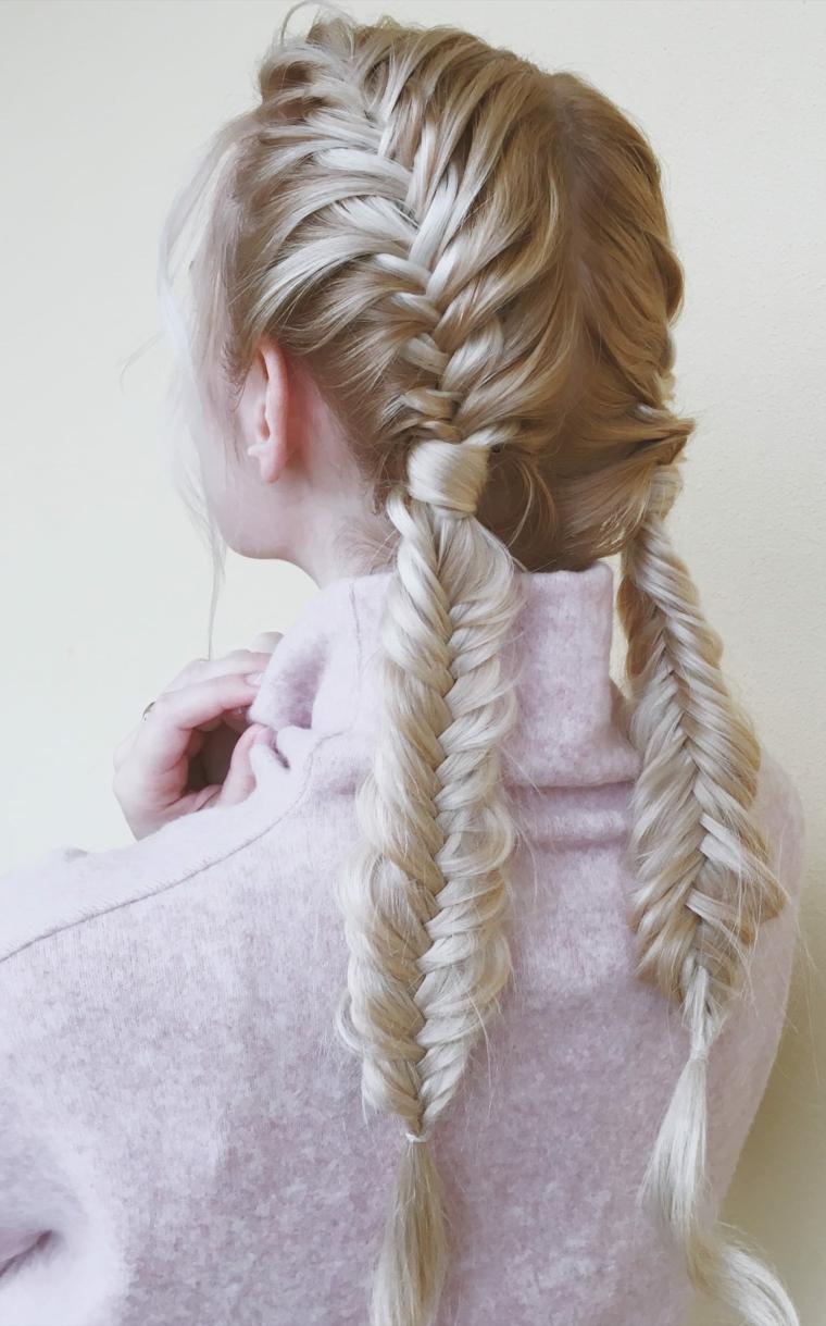 Acconciature capelli lunghi raccolti, due trecce spina di pesce, donna girata di spalle
