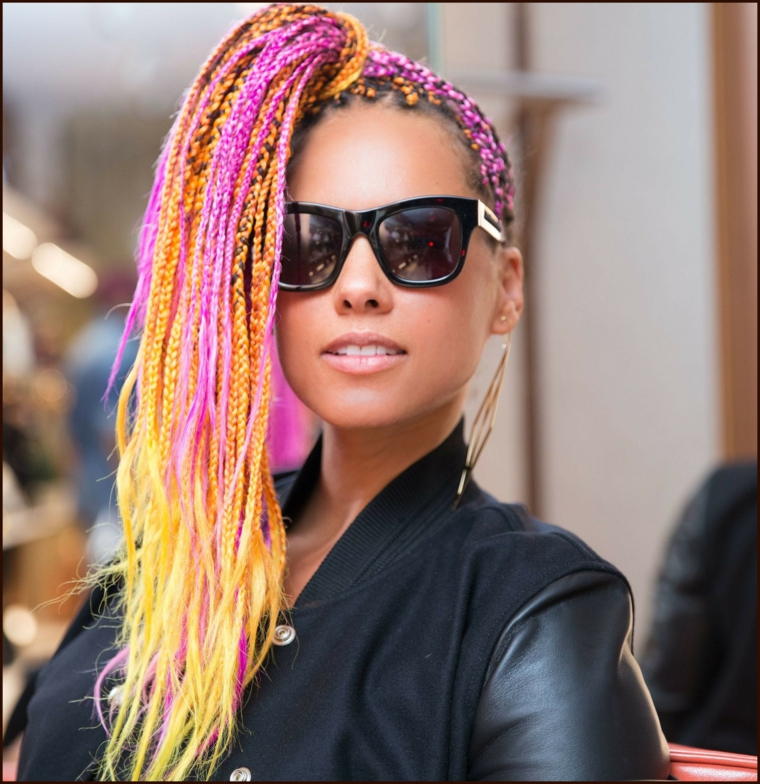La cantante Alicia Keys, treccine africane colorate, donna con occhiali da sole