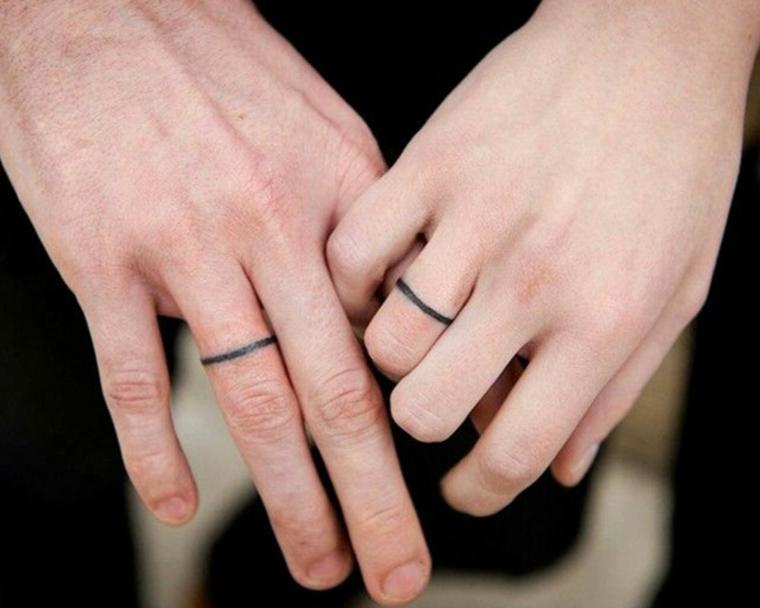 Tatuaggi più belli, tattoo anello di fidanzamento, disegno cerchio sul dito, mani uomo e donna