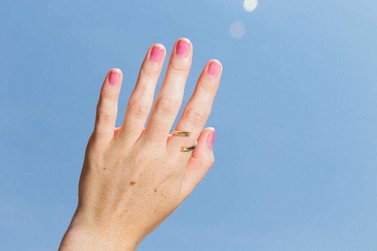 Unghie rosa cipria, smalto di colore rosa, unghie corte a mandorla