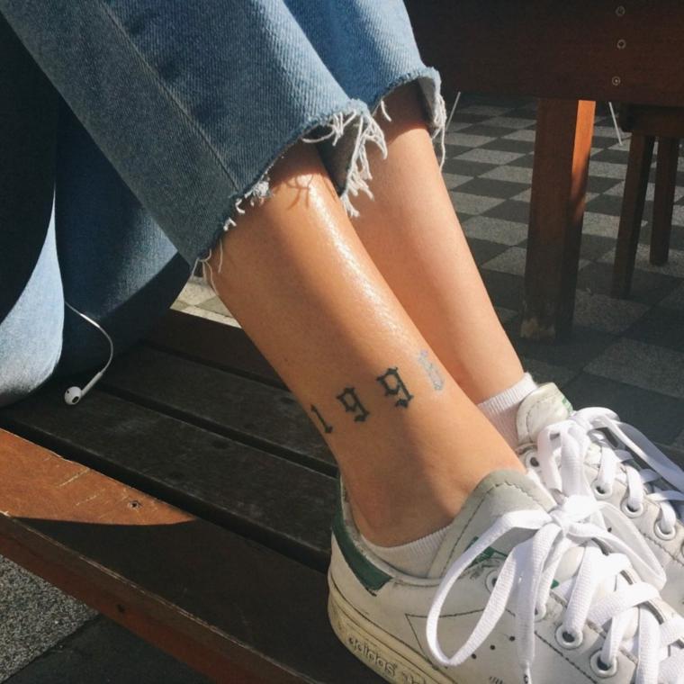 Tatuaggi piccoli particolari femminili, donna con tattoo sulla caviglia, numero 1998