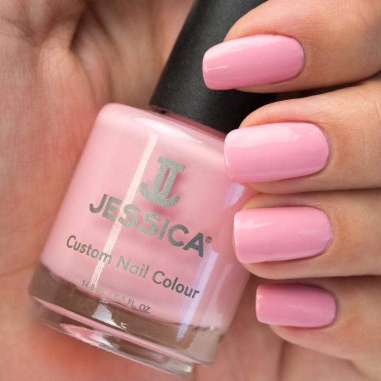 Unghie gel colore cipria, smalto di colore rosa, bottiglietta di smalto, manicure forma squadrata