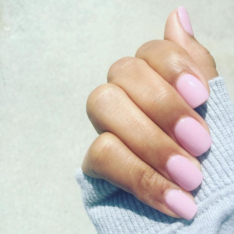 Unghie rosa cipria, smalto colore rosa, manicure corta forma squadrata