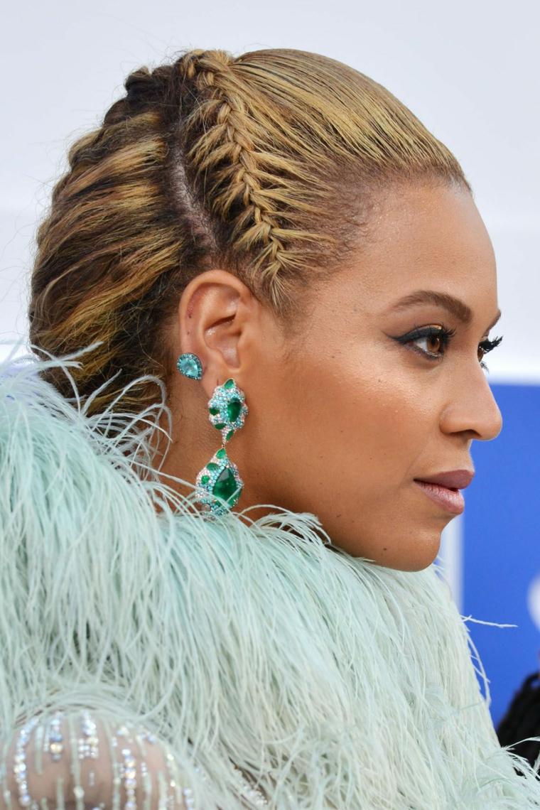 Raccolti con trecce, la cantante Beyoncé, capelli colore biondo balayage, orecchini con pietre
